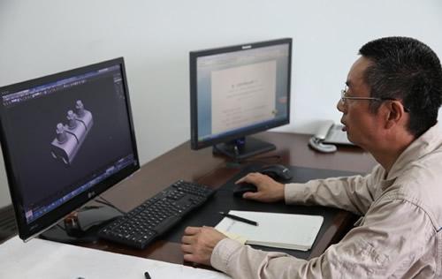 许启金正对设备结构进行认真研究。图片由中国文明网·安徽站提供