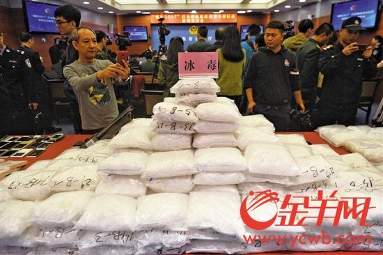 昨日新闻发布会上展示的一批缴获的毒品
