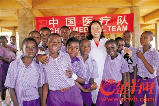 林纯莹与加纳小朋友在一起