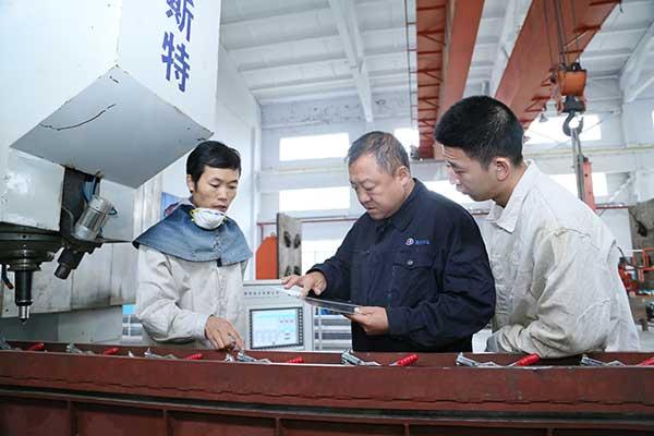 姜涛(中)指导徒弟操作使用搅拌摩擦焊焊设备