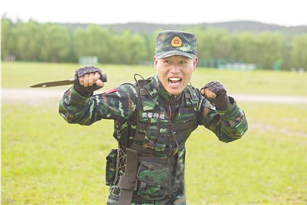 李玉峰进行擒拿格斗训练