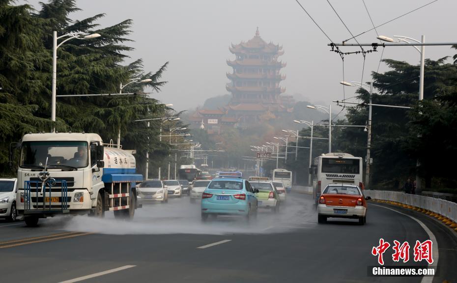 武汉发布霾黄色预警 远观建筑模糊不清