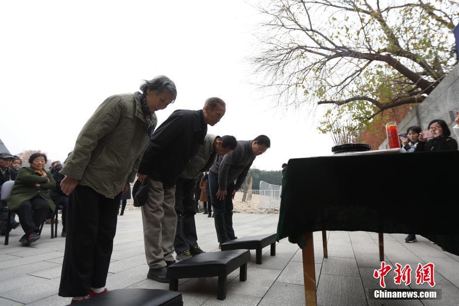 """南京大屠杀遇难者家属""""哭墙""""前祭亲人"""