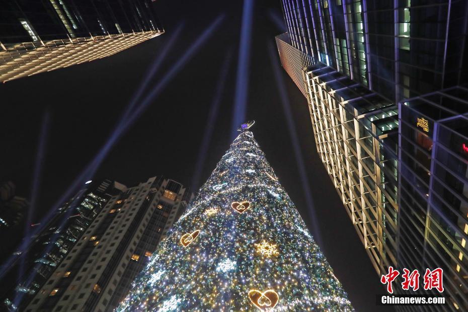 """节日气氛浓厚 上海街头""""点亮""""23米高圣诞树"""
