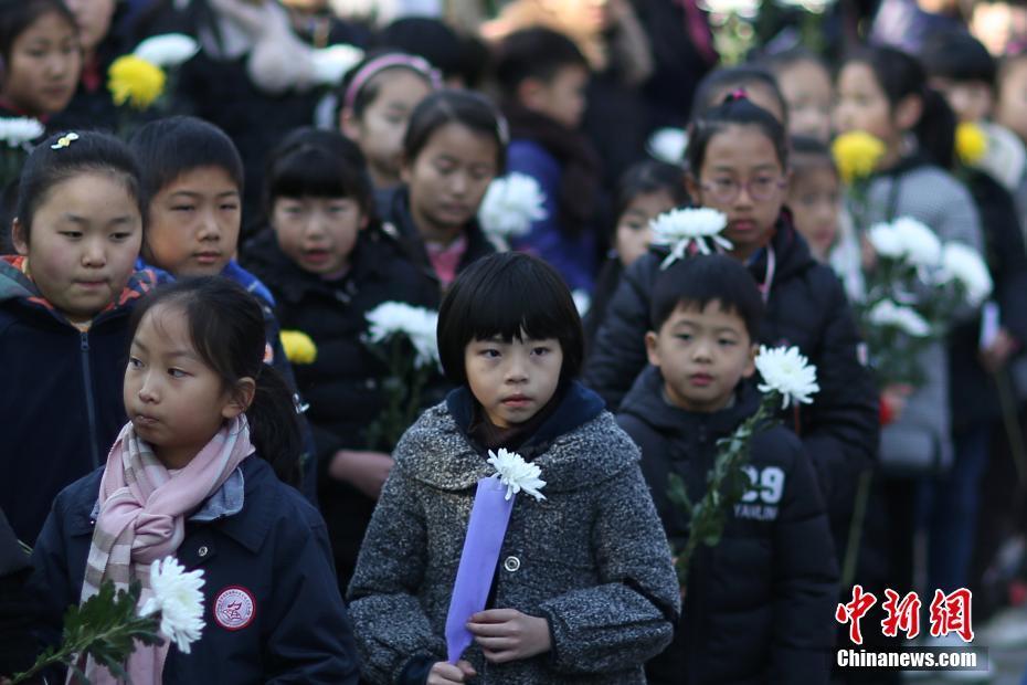 国家公祭日将至 南京民众走进光华门铭记1937