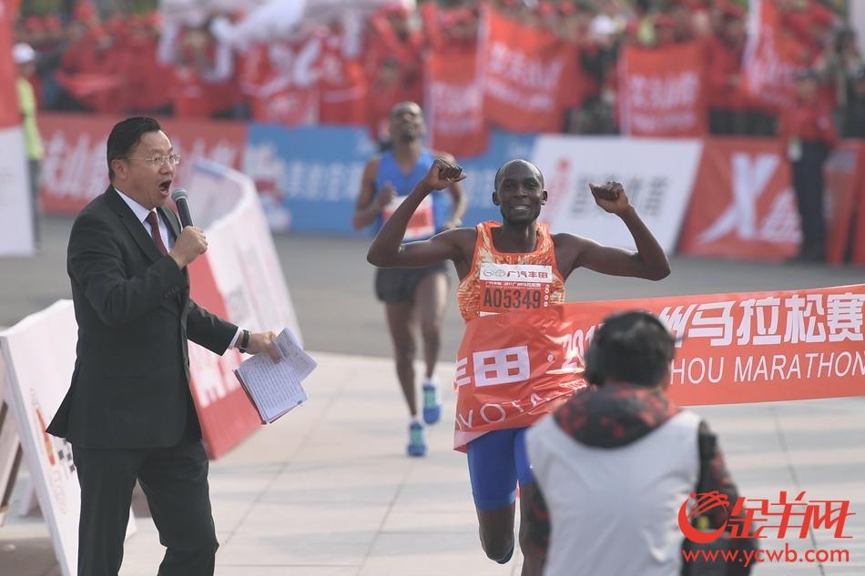 2017广州马拉松参赛选手陆续冲过终点