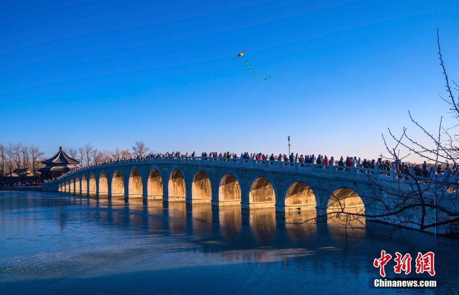 """北京颐和园十七孔桥再现""""金光穿孔""""景象"""