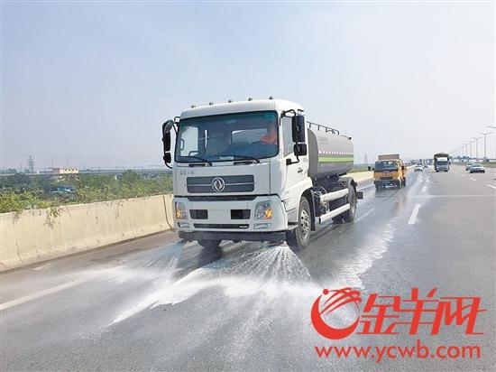 大气污染应急响应期间,洒水车在江门大道进行洒水作业