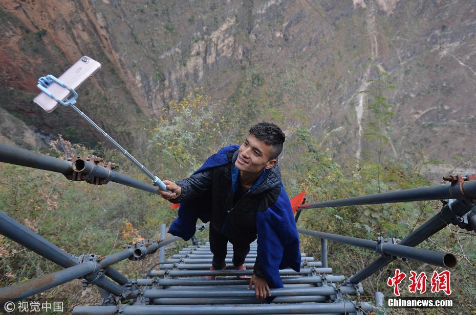 悬崖村一男子每天站钢梯上直播三个小时介绍家乡