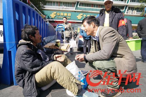 义工、工作人员劝流浪乞讨人员进救助站
