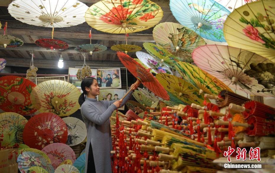 四川泸州老街上百年油纸伞桐油香