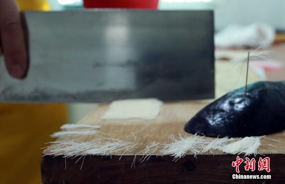 自贡师傅手切面如发丝 一个针眼穿入42根面条