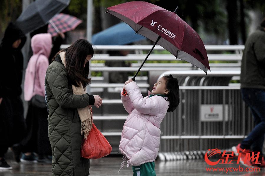 """广州低温寒潮来袭 围巾大衣雨伞纷纷""""登场亮相"""""""