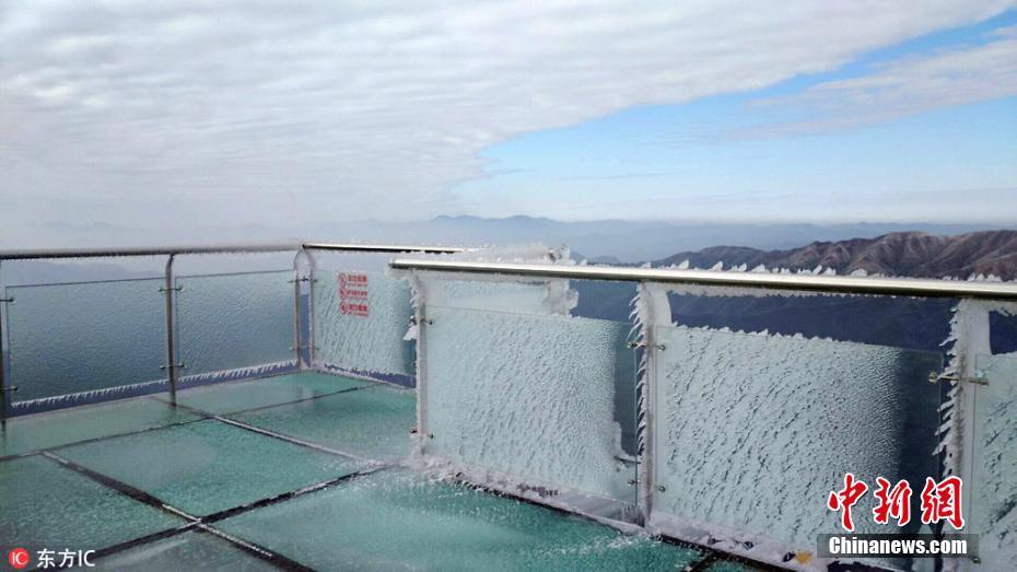 寒潮来袭 广东海拔最高玻璃桥桥面被冰封