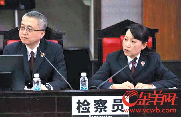 检察官方健(左)在法庭上
