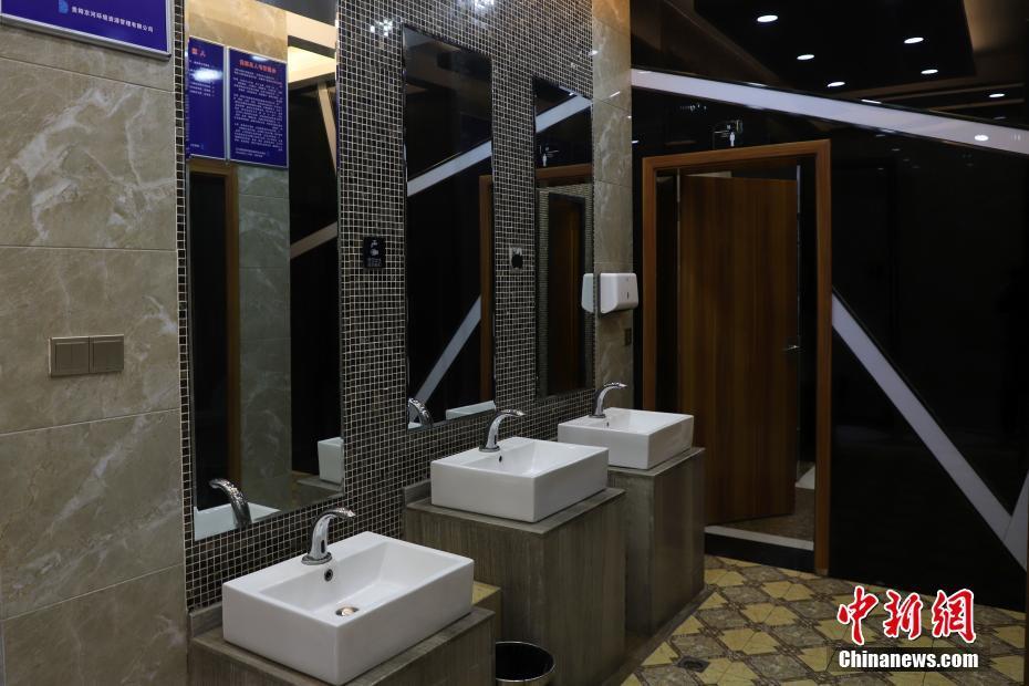 """贵州贵阳街头现""""新概念公厕"""" 设备一应俱全"""