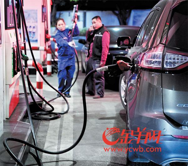 今日零点,新年油价首次上涨,车主赶在零点前加油