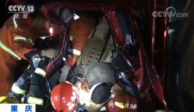 车辆追尾人员被困 危急时刻救援人员轮流举吊瓶营救被困者