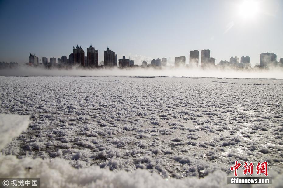 吉林出现严寒天气 松花江畔结冰雾气缭绕