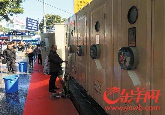 广州火车站广场,增设了20间临时移动公厕