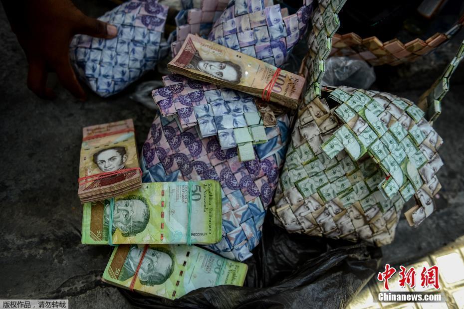 委内瑞拉货币贬值 男子用钞票制作手工艺品
