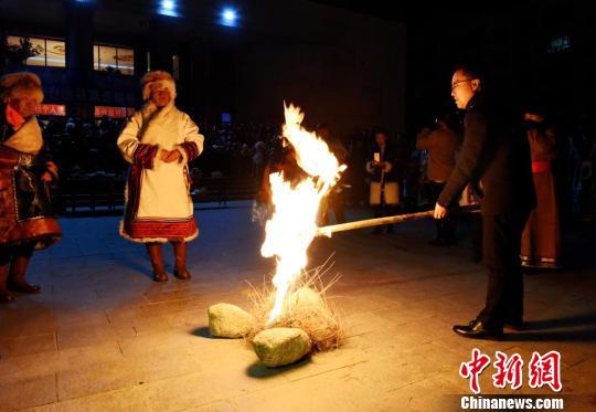 甘肃肃北小年夜祭火祈福迎新春