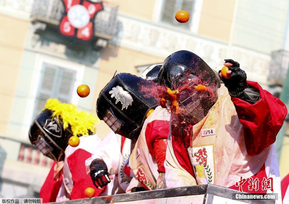 意大利小镇举行橙子狂欢节 人们互扔橙子欢乐无限