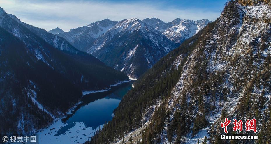 航拍四川九寨沟若日朗瀑布 冰湖中酷似大熊猫