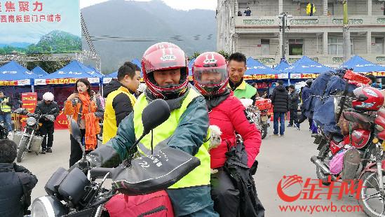 56岁的胡金华夫妇,带着养了11年的狗狗,从江门骑行1250公里回贵州老家
