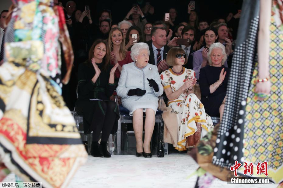 伦敦时装周的最大牌嘉宾 91岁英女王首次现身秀场