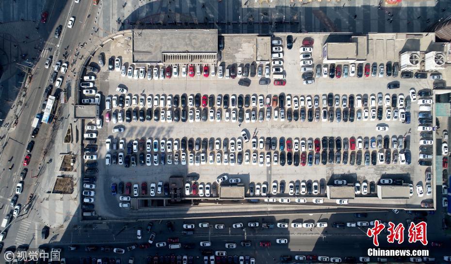 沈阳一商业街现屋顶停车场 一次免费停车400辆
