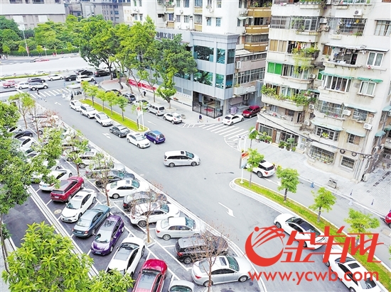 德欣小区重新规划路面停车位和道路绿化,提升了居住舒适度