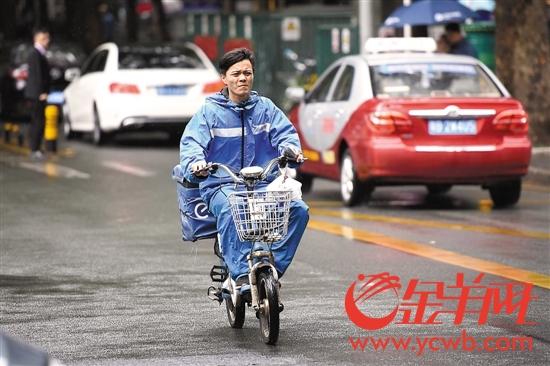 深圳一外卖小哥飞奔在路上
