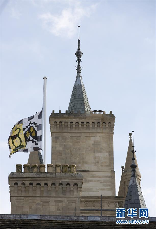 英国剑桥大学降半旗 师生排队填写吊唁簿悼念霍金