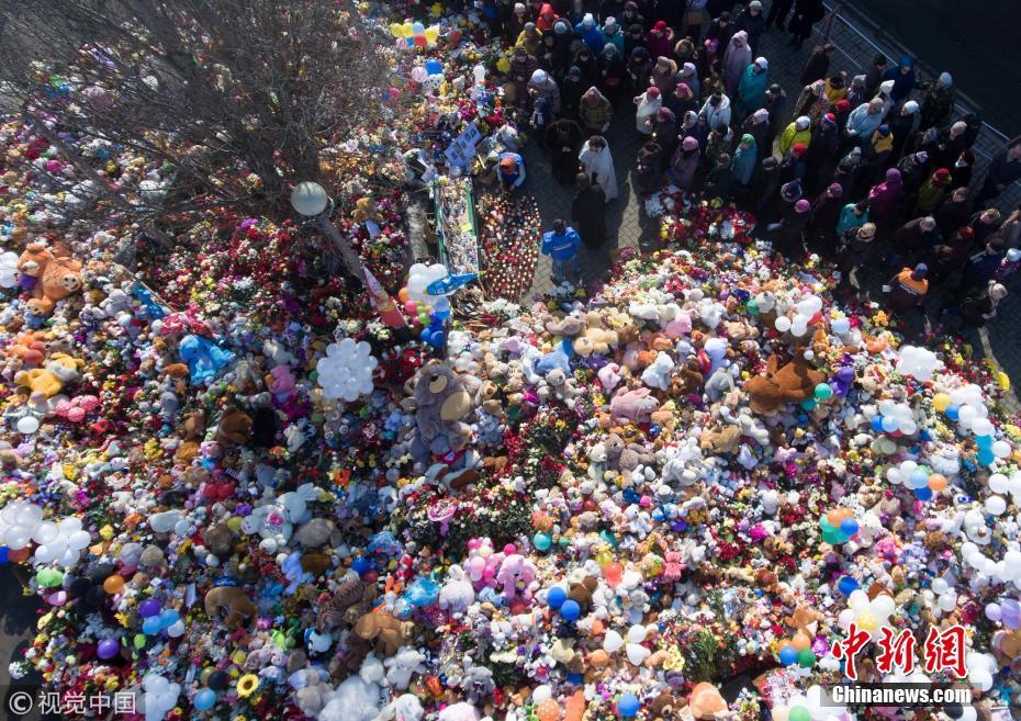 俄民众悼念购物中心火灾遇难者 儿童玩具堆积如山