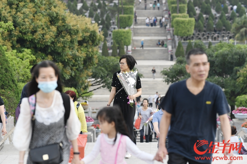 清明节 市民一大早前往广州银河公墓祭祖