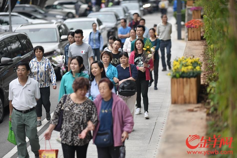 清明次日,广州市民祭拜热情不减