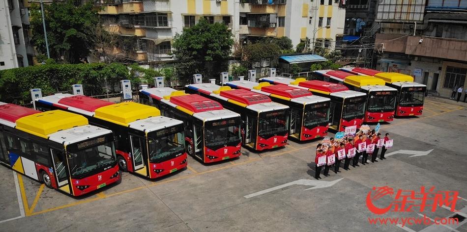 """广州公交车""""换新装"""",400余辆纯电动车投入运营"""