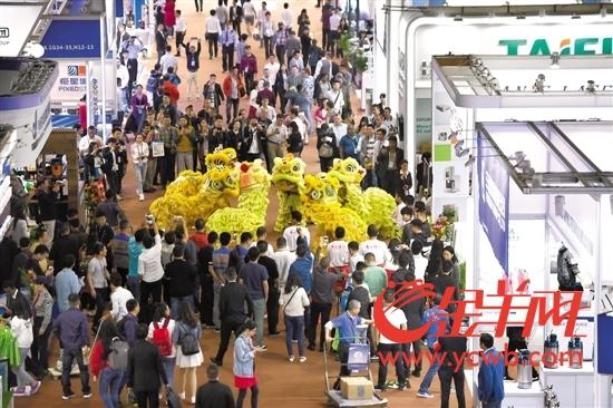 15日,第123届广交会在琶洲开幕,醒狮舞进展览馆