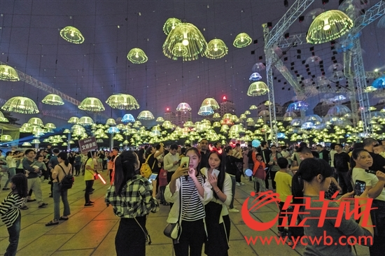 """政协委员建议,打造个性鲜明的特色小镇。图为中山市古镇镇举办的""""灯光文化节"""",这里已成灯都,集聚了2.5万家灯饰企业"""