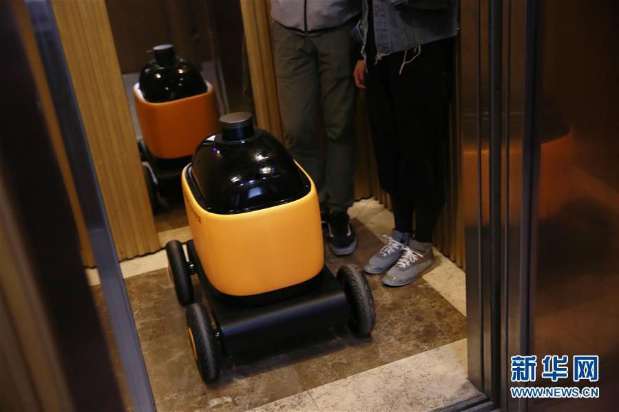 无人快递车亮相南京 可自主坐电梯送货上门