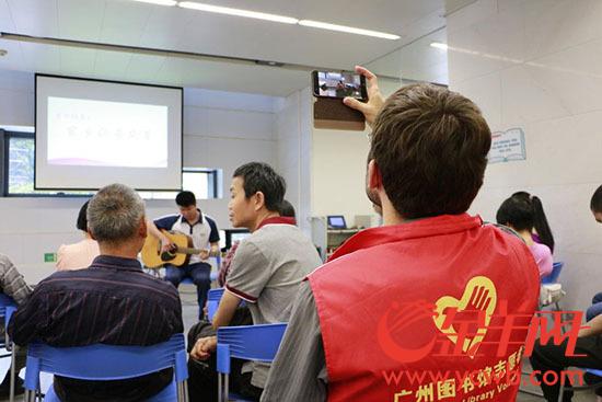 """爱心人士为爱朗读 广州图书馆上演一场""""声阅读"""""""