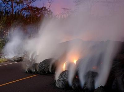 夏威夷火山熔岩喷出白色气体 记者冒险近距离拍摄