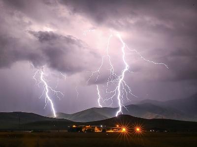 土耳其凡城暴雨闪电袭城 场面震撼似科幻大片