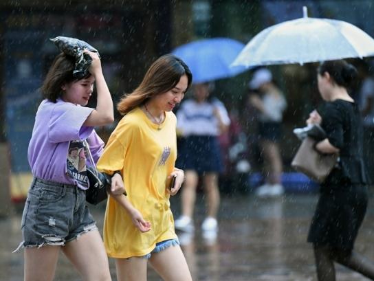 无惧台风雨,广州靓女逛街热情不减