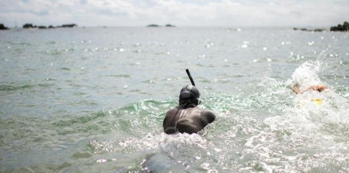 法国男子从日本出发横穿太平洋 开启游泳马拉松