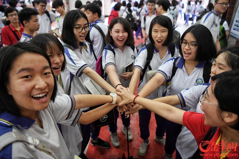 2018年6月7日,高考,广州市第十六中学,雨中赶考的考生们 记者 汤铭明 摄