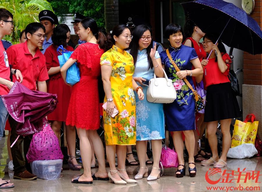 送考家长穿旗袍,寓意旗开得胜。 记者 陈秋明 摄
