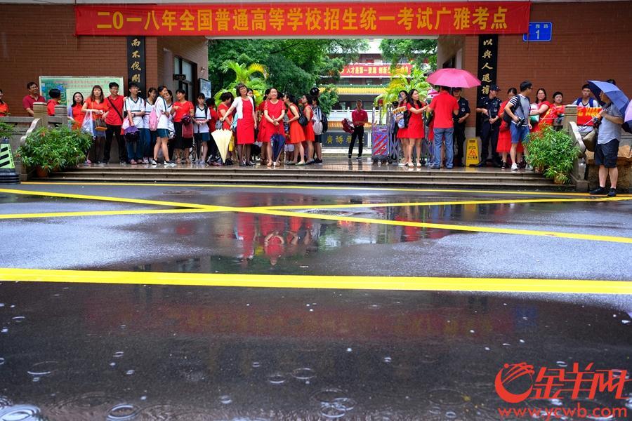 红衣寓意开门红。 记者 陈秋明 摄