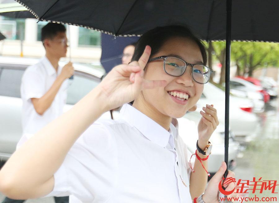 考生考完第一科,轻松走出考场。金羊网记者王俊伟摄